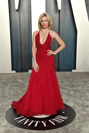Elizabeth Banks looked red-hot in a plunging Badgley Mischka gown at the 2020 Vanity Fair Oscar party.