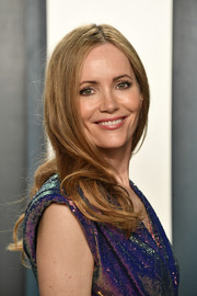 Leslie Mann wore her hair in a gently wavy style at the 2020 Vanity Fair Oscar party.