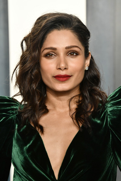 Freida Pinto looked gorgeous with her half-pinned curls at the 2020 Vanity Fair Oscar party.
