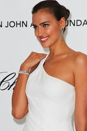 Irina Shayk arrived at the Elton John Oscar viewing party wearing her hair tightly twisted 'do.