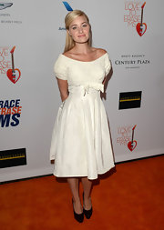 Amanda Michalka looked fun and flirty in this white frock that featured an adorable bow at the waist.
