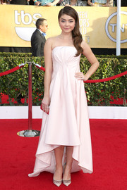 Sarah Hyland attended the SAG Awards wearing a simple yet sweet pale pink Pamella Roland strapless gown with a high-low hem.