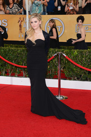 Abigail Breslin went for a vampy look with this curve-hugging black Chagoury gown at the SAG Awards.