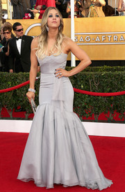 Kaley Cuoco looked ultra girly at the SAG Awards in a strapless gray mermaid gown by Vera Wang.