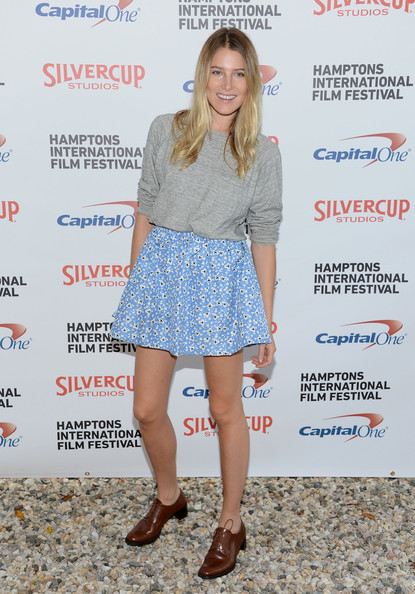 Dree Hemingway topped off her adorable floral skirt and loose-fitting gray shirt with menswear-inspired brown leather lace-up flats.