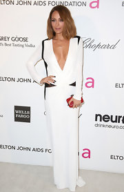 Nicole Richie showed her sleek taste at the Elton John Oscar party with a white long-sleeved gown with black trim and deep v-neck.