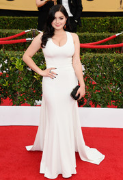Ariel Winter showed off her bombshell curves in a simple yet sultry white ZAC Zac Posen gown at the SAG Awards.
