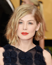 Rosamund Pike rocked messy-chic asymmetrical waves at the SAG Awards.
