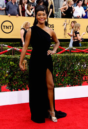 Sufe Bradshaw showed some leg in a high-slit one-shoulder gown during the SAG Awards.
