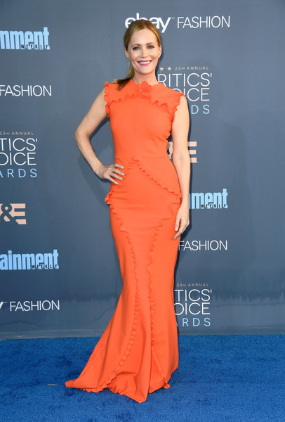 Leslie Mann was sweet and girly at the Critics' Choice Awards in an orange Greta Constantine gown with ruffle detailing.