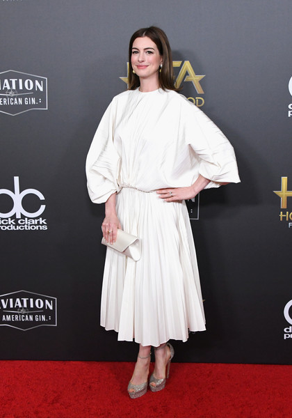 Anne Hathaway kept it minimal in a loose white midi dress by Valentino at the 2018 Hollywood Film Awards.