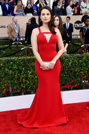 Katie Lowes looked ravishing at the SAG Awards in a red Christian Siriano gown featuring a figure-flaunting silhouette and a cleavage-baring cutout.