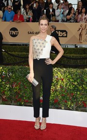 Kristen Wiig completed her red carpet ensemble with a silver tube clutch by Jimmy Choo.