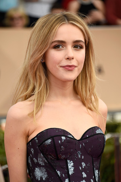 Kiernan Shipka kept it casual with this mildly messy center-parted hairstyle at the SAG Awards.