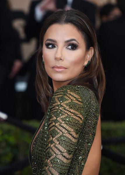 Eva Longoria highlighted her gorgeous eyes with lots of neutral shadow.