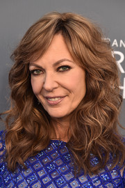 Allison Janney wore her hair in high-volume curls with side-swept bangs at the 2018 Critics' Choice Awards.