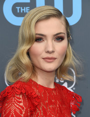 Skyler Samuels showed off vintage-glam half-pinned waves at the 2018 Critics' Choice Awards.