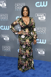 Niecy Nash worked her curves in a low-cut, floral-embroidered gown at the 2018 Critics' Choice Awards.