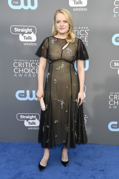 Elisabeth Moss paired her lovely dress with dark green velvet pumps by Christian Louboutin.