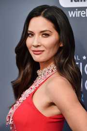 Olivia Munn wore her hair down in a gently wavy style at the 2018 Critics' Choice Awards.