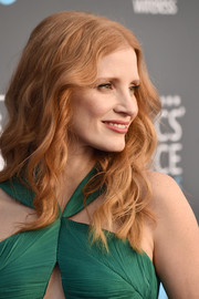 Jessica Chastain framed her face with a center-parted wavy 'do for the 2018 Critics' Choice Awards.