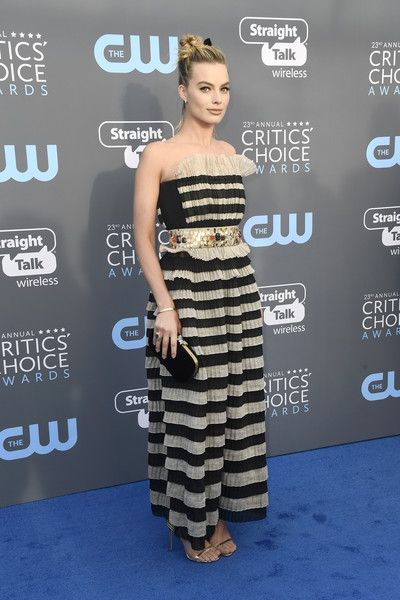 Margot Robbie coordinated her dress with a black velvet clutch with gold hardware.