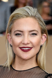 Kate Hudson finished off her look with rich red lipstick and subtle eye makeup.