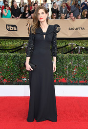 Amanda Peet complemented her dress with a black satin clutch.