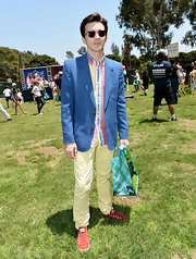 Drake Bell looked fresh and spring like in this amazing sky blue blazer.