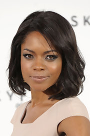 Naomie Harris looked lovely at a photocall for 'Skyfall' with jewel-toned shadow and shiny, subtly waved tresses.