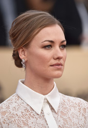 Yvonne Strahovski went retro-glam with this teased chignon at the 2018 SAG Awards.