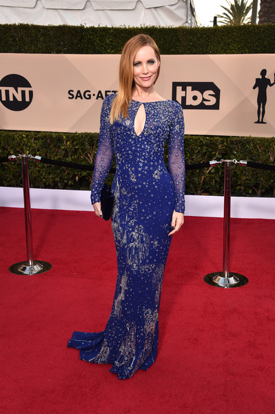 Leslie Mann cut an ultra-sophisticated figure in a beaded royal-blue gown by Zuhair Murad at the 2018 SAG Awards.