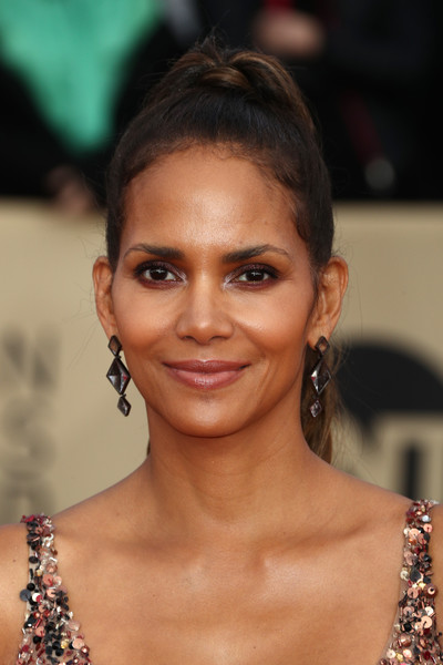 Halle Berry sported a high ponytail at the 2018 SAG Awards.