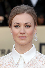 Yvonne Strahovski attended the 2018 SAG Awards wearing mismatched diamond earrings by Nirav Modi.