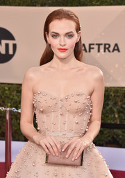 Madeline Brewer attended the 2018 SAG Awards carrying a nude Jimmy Choo suede clutch with gold hardware.