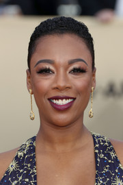 Samira Wiley sported close-cropped curls at the 2018 SAG Awards.