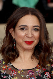 Maya Rudolph sported a lovely wavy hairstyle at the 2018 SAG Awards.