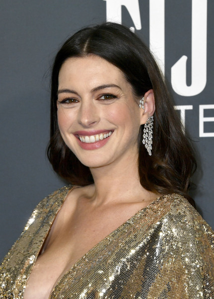 Anne Hathaway wore her hair down with a center part at the 2020 Critics' Choice Awards.