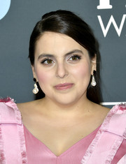 Beanie Feldstein prettied up her eyes with false lashes.