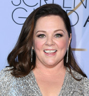 Melissa McCarthy wore her hair down to her shoulders in a subtly wavy style at the 2019 SAG Awards.