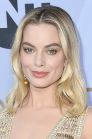 Margot Robbie framed her beautiful face with soft waves for the 2019 SAG Awards.