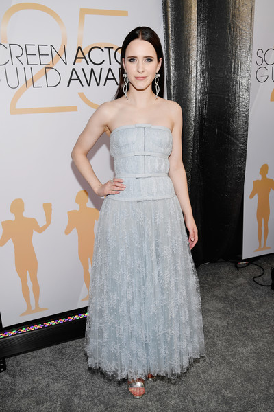 Rachel Brosnahan looked ladylike in a strapless blue lace gown by Dior Couture at the 2019 SAG Awards.