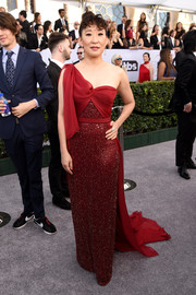 Sandra Oh got majorly glam in a sparkling red one-shoulder gown by Jenny Packham for the 2019 SAG Awards.