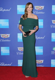Allison Janney paired her dress with an elegant black satin clutch.