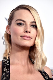 Margot Robbie was vintage-glam with her half-pinned waves at the 2018 Producers Guild Awards.