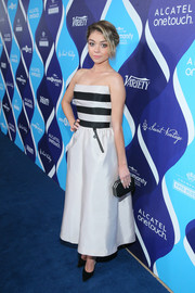 Sticking to a monochrome theme, Sarah Hyland accessorized with an elegant geometric-shaped satin clutch.