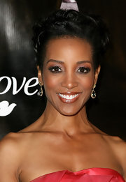 Shaun Robinson pinned her hair up in loose ringlets at the Gracie Awards Gala.