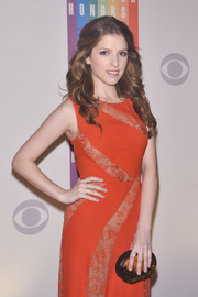Anna Kendrick accessorized with an amber hard-case clutch by Rauwolf when she attended the Kennedy Center Honors Gala.