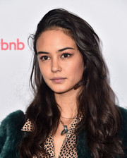 Courtney Eaton wore her hair in casual side-parted waves at the Airbnb Open Spotlight event.