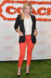 Jessica Capshaw looked pretty and preppy at the Coach CDF benefit when she sported a black blazer over a white blouse.